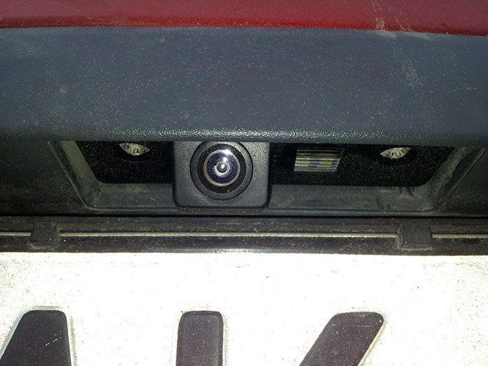 Камера заднего вида, установленная на штатное место плафона освещения номерного знака