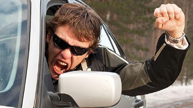Неадекватные действия автомобилиста могут насторожить инспектора