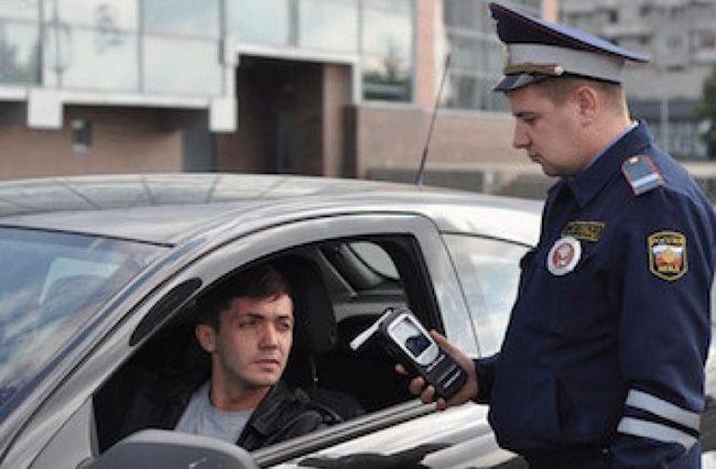 Работник ГИБДД может проверить автомобилиста на предмет алкогольного опьянения