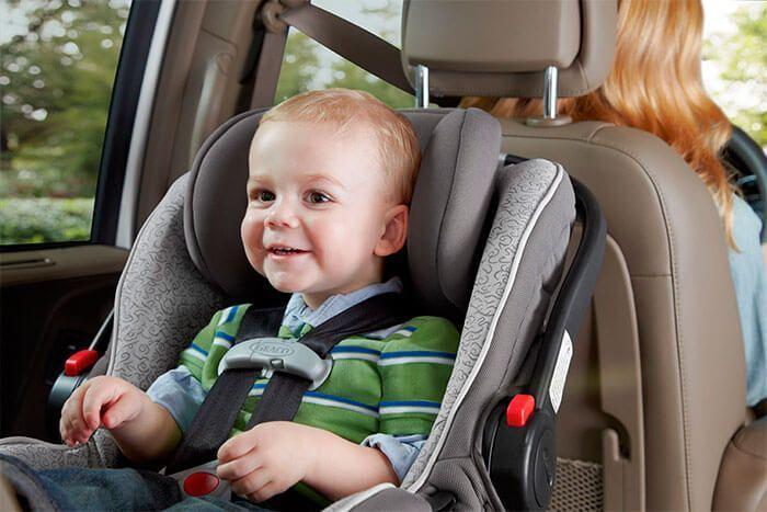 Детей младшего возраста безопаснее перевозить на заднем сиденье