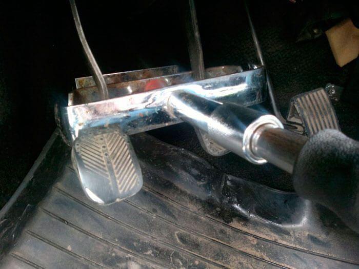 42 blokirator pedalej avtomobilja ustanovlen - Штырь в коробку передач